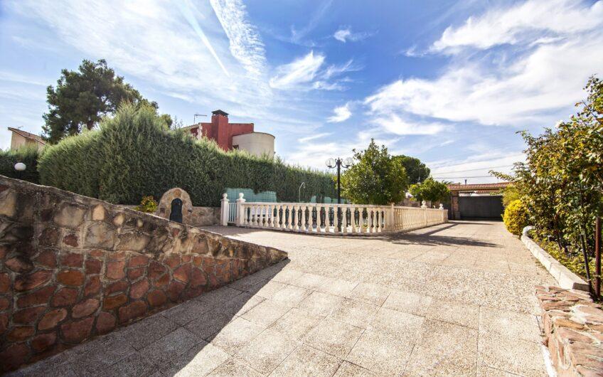 Espectacular chalet individual con gran jardín y piscina. Zona de los Villares, Arganda del rey.