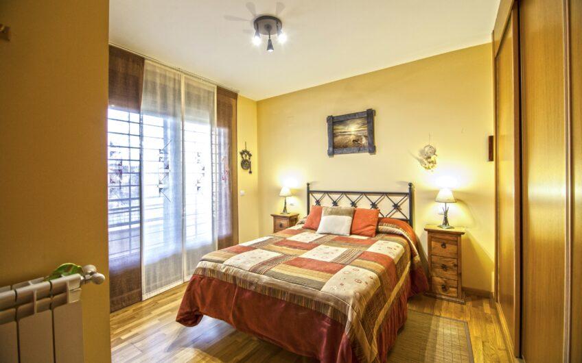 Excelente chalet pareado 4 dormitorios y jardín privado. Campo Real.